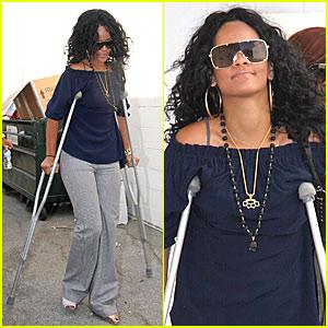 rihanna-crutches